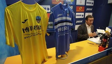 Els dos principals equipaments del Lleida amb el nou patrocinador principal i Albert Esteve en la presentació d'ahir.