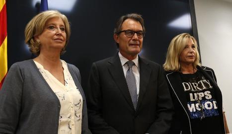 Irene Rigau, Artur Mas i Joana Ortega, en la compareixença d'ahir a Barcelona al conèixer la petició de la Fiscalia.
