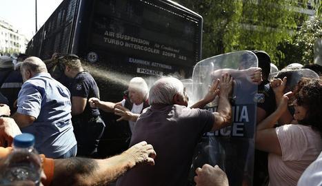 Pensionistes es van enfrontar ahir a policies grecs a Atenes.