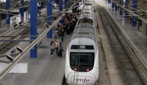 Un tren a l'estació de Lleida
