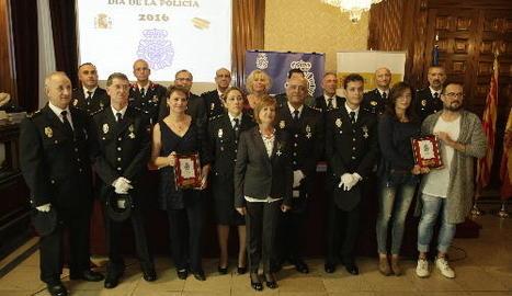 La subdelegada Inma Manso, el comissari Hernández i els condecorats ahir en el Dia de la Policia.