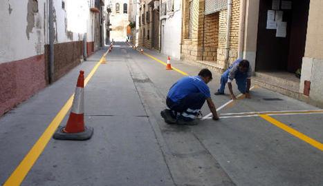 Treballadors de Soses i Alcarràs repintant vies urbanes.