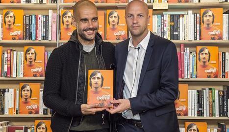 Pep Guardiola i Jordi Cruyff ahir durant la presentació del llibre a Londres.