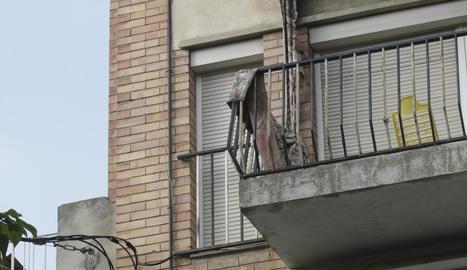 Els okupes d'un pis han empalmat la llum al carrer.