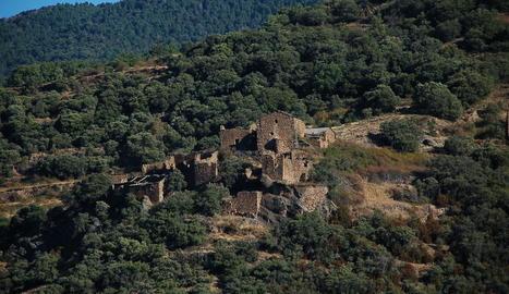 El poble té una superfície de 44 hectàrees i està situat al mig del bosc.