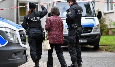 Oficials de policia parlen amb residents a Chemnitz.