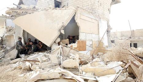 Imatge d'un edifici sirià esfondrat pels combats.