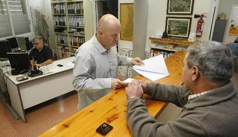 L'alcalde de Torrelameu, Carles Comes, atenent un veí aquest dimecres a la seu del consistori.