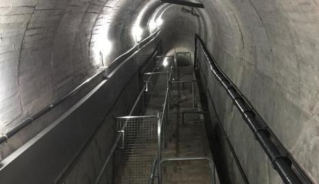 Escales interiors dins de la presa de la Llosa del Cavall.