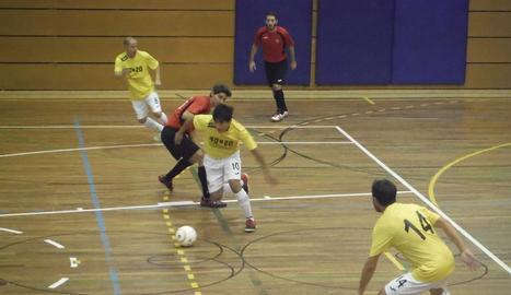 Una acció del partit que el Linyola va jugar ahir.