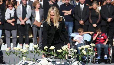 Una jove deixa una de les 86 roses blanques ahir a Niça