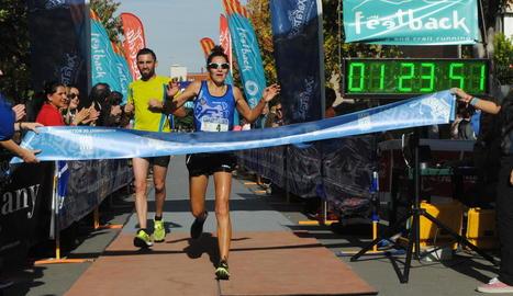 El moment de la multitudinària sortida de la Mitja Marató de Mollerussa.