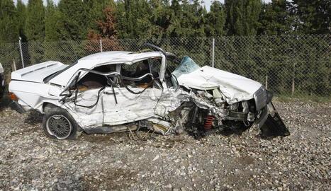 A l'esquerra i a dalt a la dreta, el cotxe de la víctima mortal de l'N-240. A baix, un dels vehicles del xoc d'Albatàrrec.