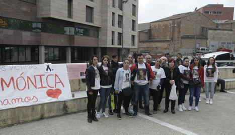 Amics i familiars de la víctima abans d'iniciar-se el judici.