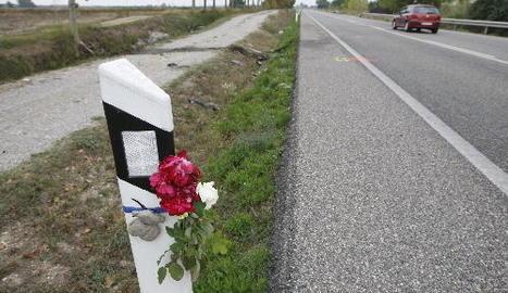 Flors i un ninot de peluix ahir a escassos metres del punt en el qual va tenir lloc l'accident mortal.
