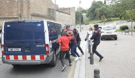 Familiars i amics de la jove assassinada van protagonitzar ahir moments de tensió amb els Mossos d'Esquadra a la sortida del jutjat.