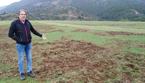Miquel Caminal va mostrar alguns dels desperfectes causats pels senglars a les pistes.