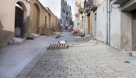 El carrer Barcelona, on es du a terme l'enllosat.