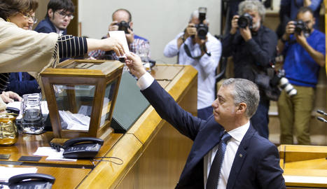 El lehendakari Íñigo Urkullu, votant ahir a la Cambra basca.