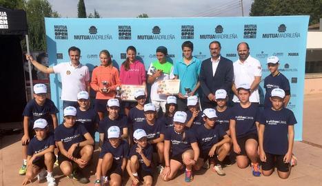 Els guanyadors i finalistes posen al costat dels aplegapilotes, directius del club i Alberto Berasategui, director del torneig.