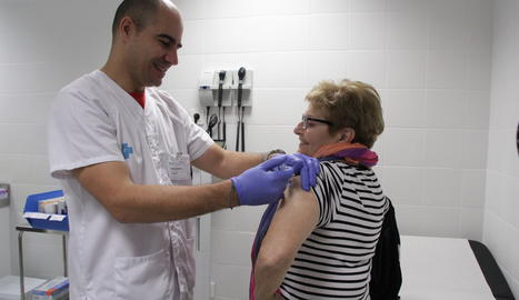 Un infermer vacuna contra la grip una dona aquest dilluns al CAP Onze de Setembre.