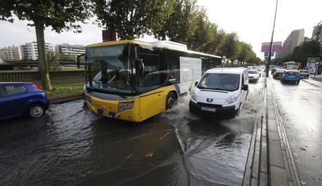 Aigua acumulada a l'avinguda de Madrida