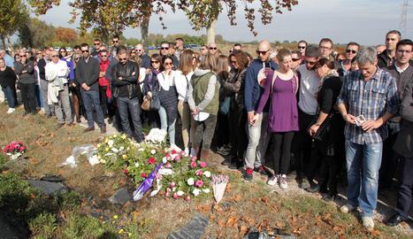 Familiars i amics de Marta Sòria, la jove morta en l'últim accident en aquest tram de l'N-240, van dipositar flors al lloc del sinistre.
