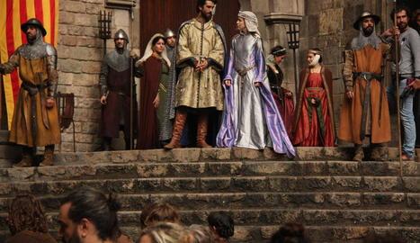 Els protagonistes de la sèrie, Aitor Luna i Silvia Abascal, durant el rodatge al barri Gòtic.