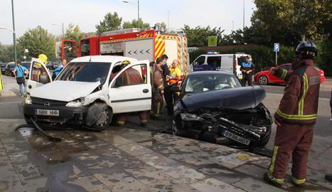 Imatge dels dos turismes implicats en l'aparatós accident d'ahir a Pardinyes.