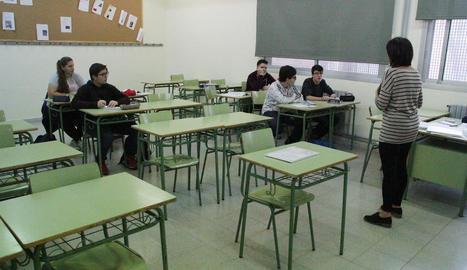 Una aula amb pocs alumnes ahir a l'institut Guindàvols de la capital, un dels que més va secundar la vaga.