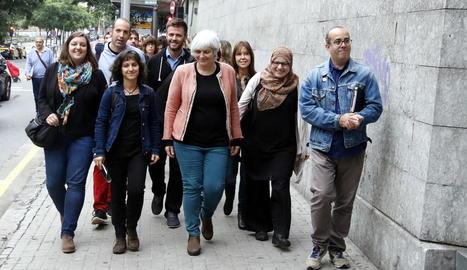 L'alcaldessa de Badalona, al costat dels sis regidors investigats, ahir a la porta dels jutjats.