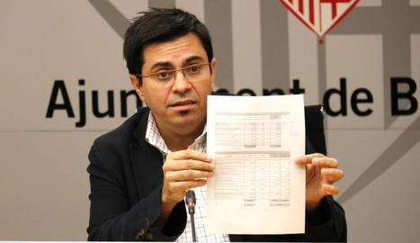 Pisarello mostra un document subscrit juntament amb ERC.