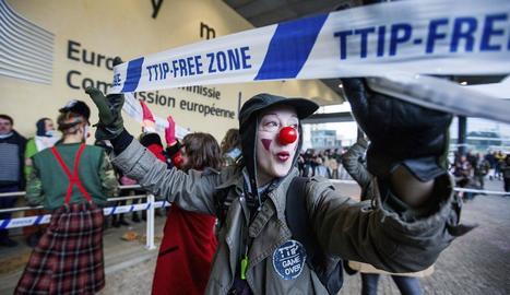 Un manifestant disfressat de pallasso participava en una protesta ahir contra el CETA.