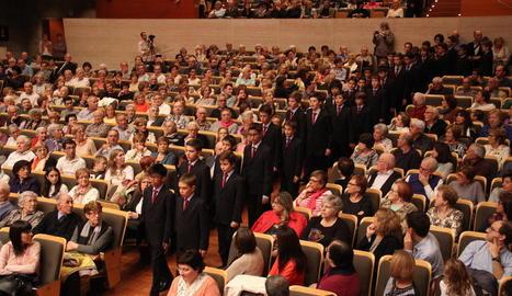 Els joves cantaires de l'Escolania de Montserrat van arribar a l'escenari desfilant entre el públic, que va omplir l'Auditori Enric Granados.