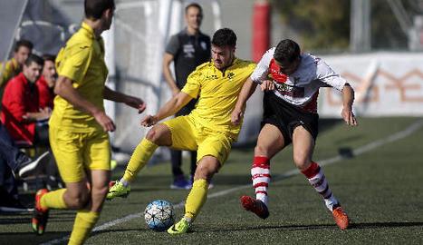 Un jugador de l'EFAC intenta controlar la pilota davant de l'oposició d'un rival.