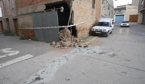 Vista de l'habitatge precintat per la col·lisió d'un vehicle a Vallfogona de Balaguer.