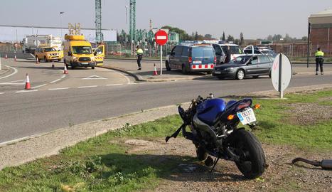 La moto sinistrada va quedar a l'interior de la rotonda de l'LL-11 als Alamús.