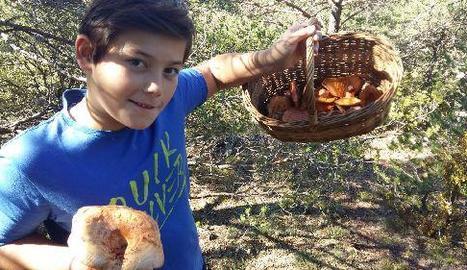 Un jove boletaire mostrant el contingut de la cistella.
