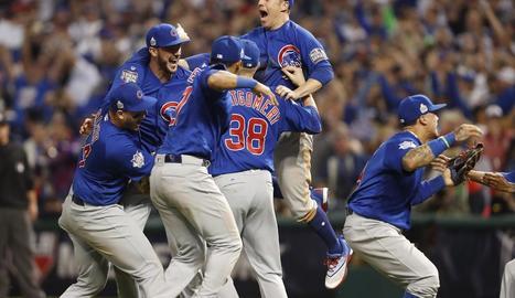 Jugadors dels Chicago Cubs celebren el seu títol.