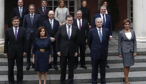 Fotografia de família dels integrants del nou Govern a les escalinates del Palau de La Moncloa.