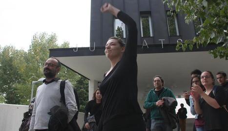 L'alcaldessa de Berga, Montse Venturós, surt dels jutjats acompanyada del seu advocat.