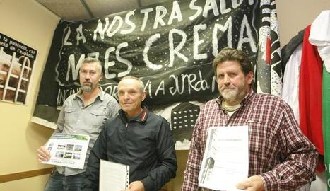 La roda de premsa de la plataforma, ahir, a la seu d'Ipcena a Lleida.