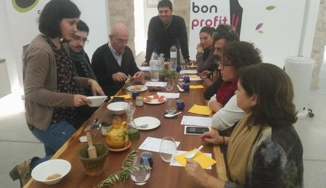 Empreses i entitats van participar ahir en un tast al Centre de la Cultura de l'Oli de Catalunya.