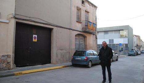 Jordi Calvís, davant els edificis que serviran per ampliar el centre.