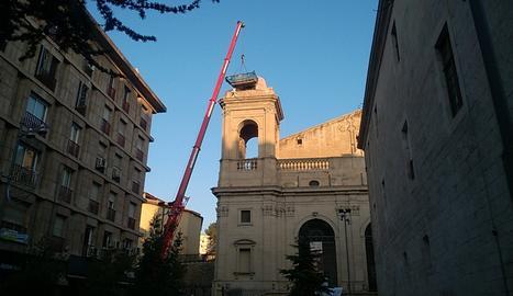 Una grua aquest dimecres a la plaça de la Catedral pels treballs de retirada dels nius deicgonya