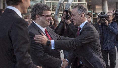 El lehendakari en funcions, Iñigo Urkullu (dreta), saluda l'alcalde de Bilbao, Juan María Aburto.