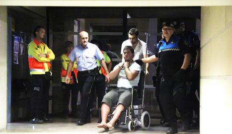 Alejandro Ruiz Vidal, en cadira de rodes, a l'hospital Santa Maria hores després de ser detingut.