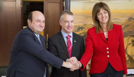 Andoni Ortuzar, Iñigo Urkullu i Idoia Mendia, després de la firma de l'acord d'investidura.