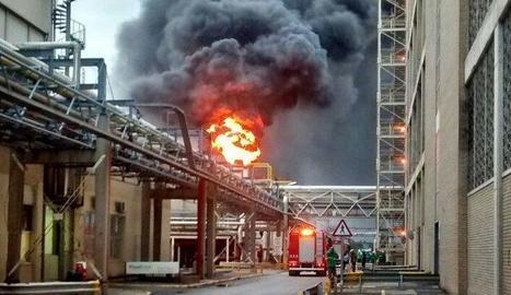 Imatge del foc a la fàbrica Plastiverd.