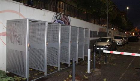 Instal·lades les gàbies per a bicis al Rectorat